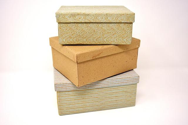 kartonové krabice na sobě