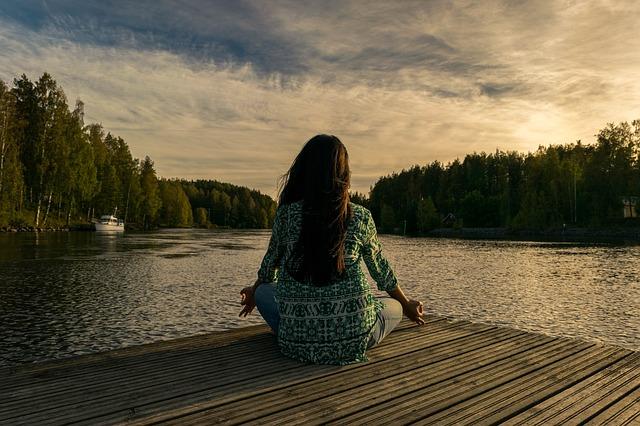 žena a jóga u rybníka