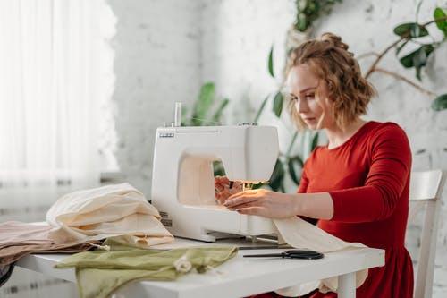Jaké výhody má domácí šití oblečení? Ušijte si něco originálního!